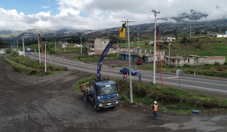 Reubicación de postes para ampliación de la vía Riobamba – Ambato realizó la EERSA